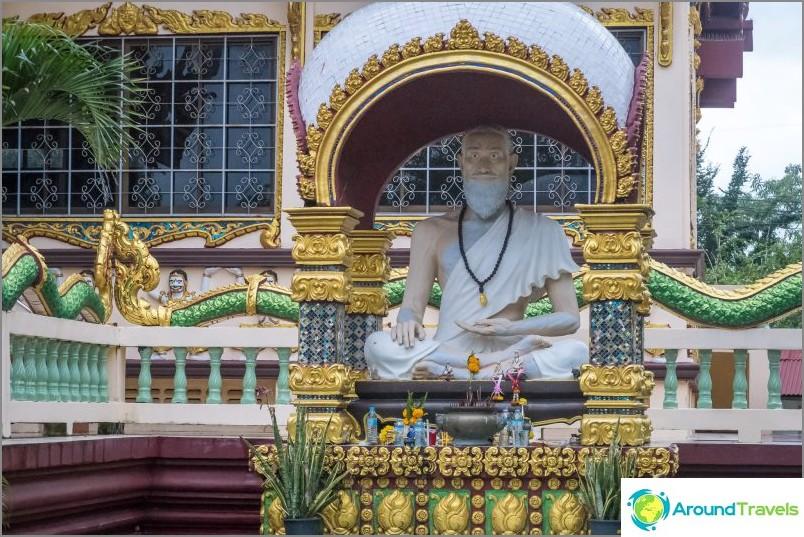 Askeetti istuu temppelin lähellä
