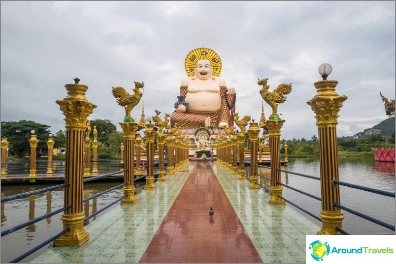 Tässä on Hottay. Pienemmät hindujumalat jumaluuvat hänen ympärillään.