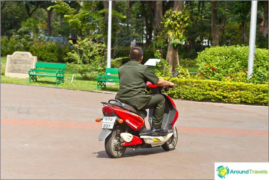 Vartijat ratsastavat pyöräillä puistossa