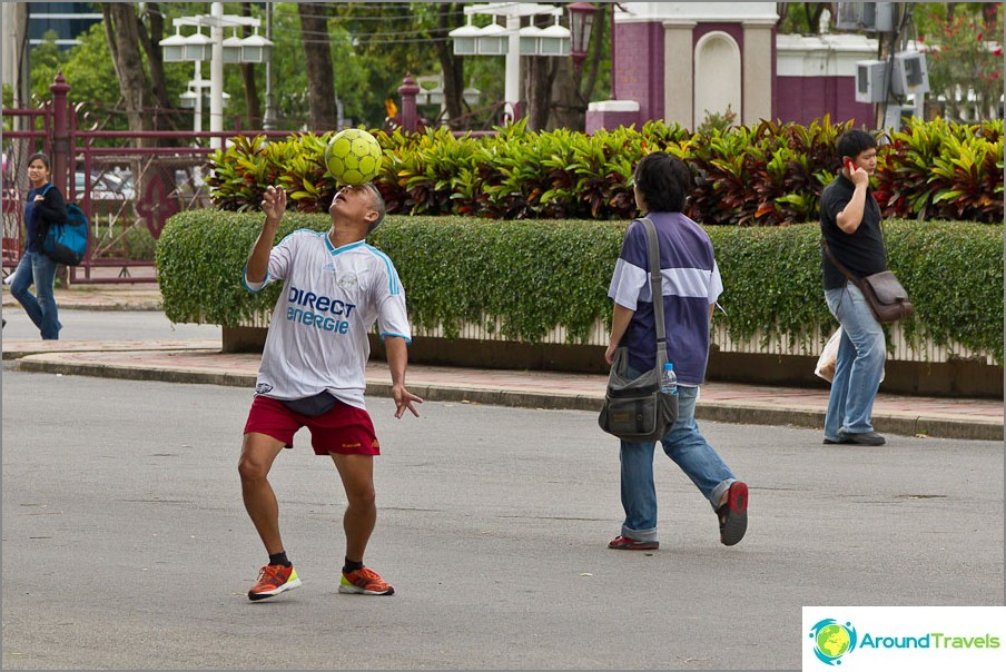 Joku vain kävelee, joku pelaa pallon kanssa