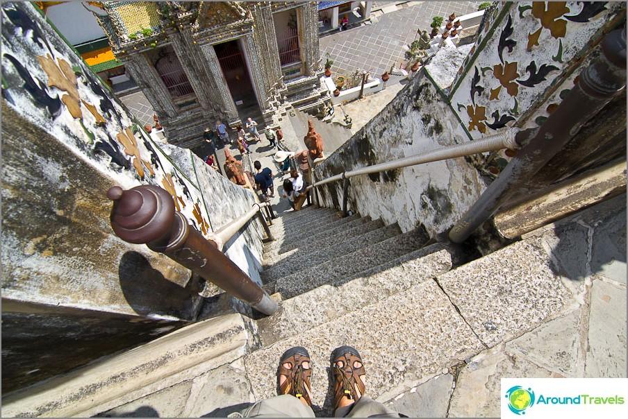 Jyrkät portaat alaosaan