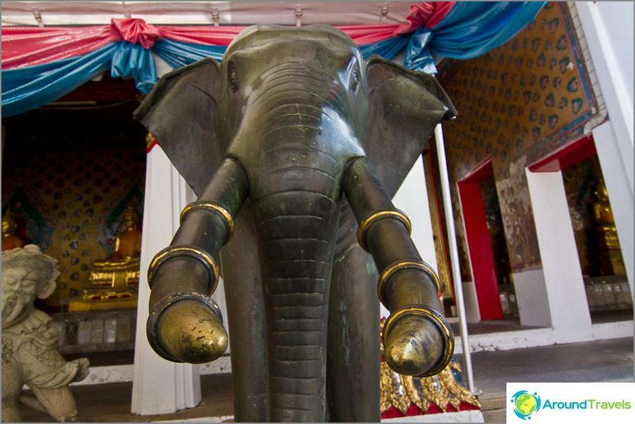 Elefanttihahmot nykyisen temppelin ympärillä