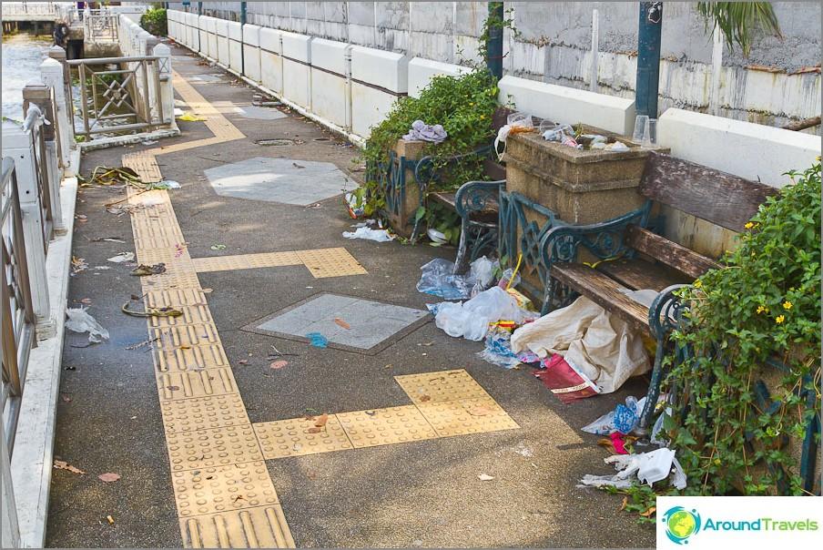 Chao Phrayan promenadilla on vähän likainen