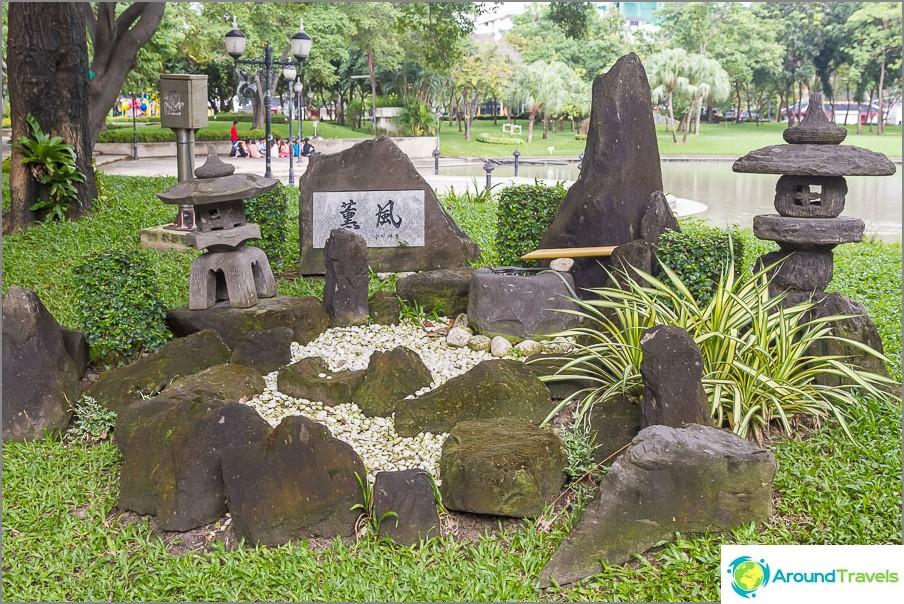 Mini-puutarha kivillä, joita en tiedä mitä kirjoitetaan