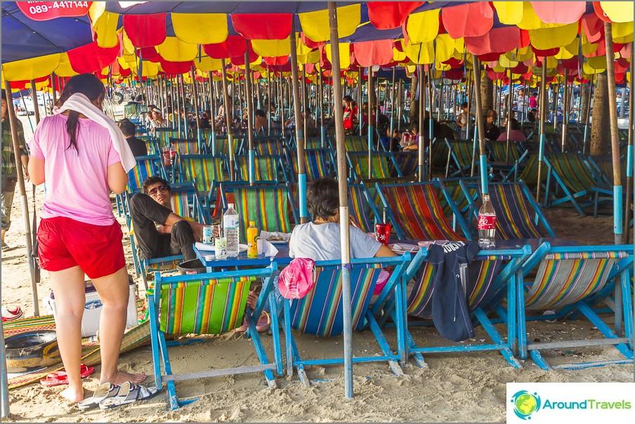 Koko ranta on täynnä kiesitiloja, lepo Thaimaassa