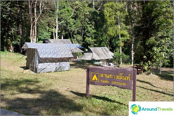 Leirintäalue lähellä Mon Tha Thanin vesiputous