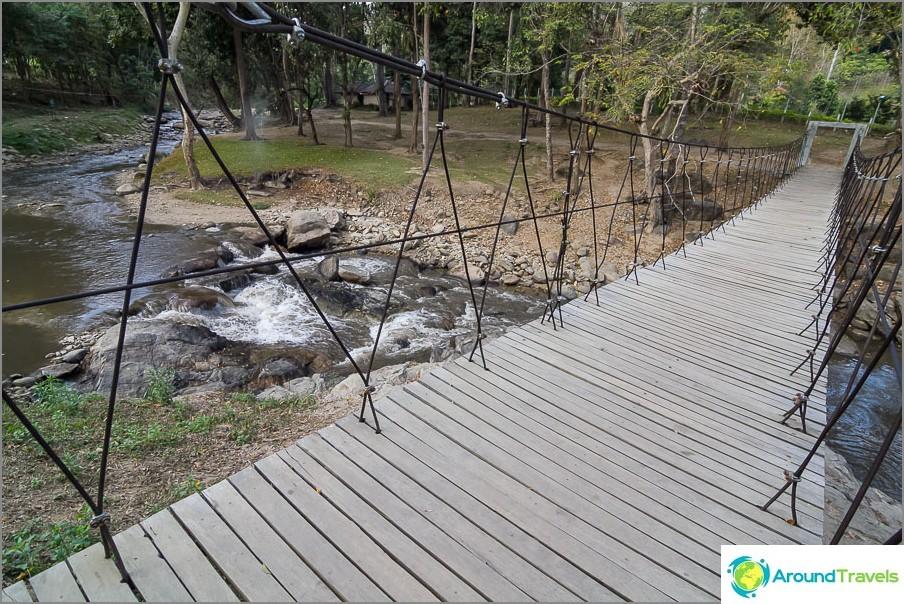 Stream - vuorijoki, jolla on silta