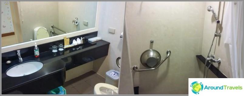 Jokaisessa huoneessa on oma kylpyhuone suihkulla