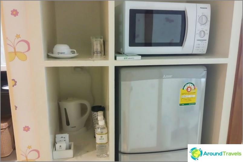 On jääkaappi, vedenkeitin ja mikroaaltouuni, erittäin kätevä