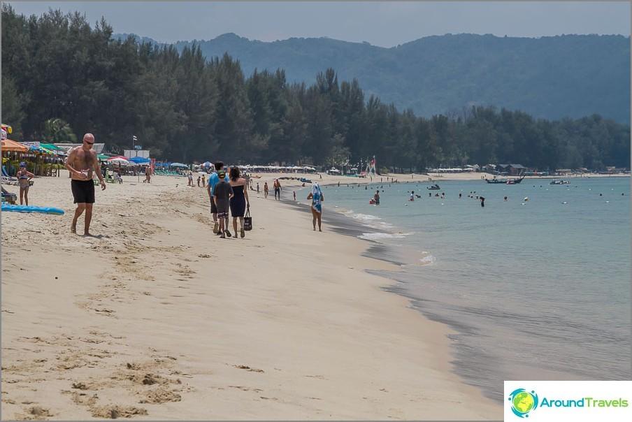 Плаж Банг Тао, средата