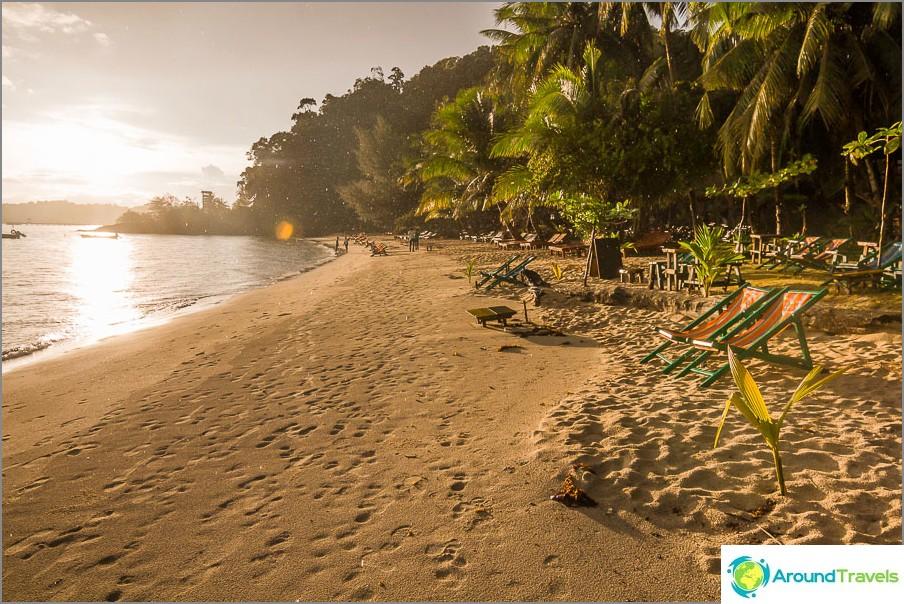 Klong Kloi Beach auringonlaskun aikaan ja sateessa