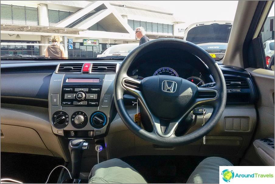 Oikealta ohjattava auto ja vasemmanpuoleinen liikenne