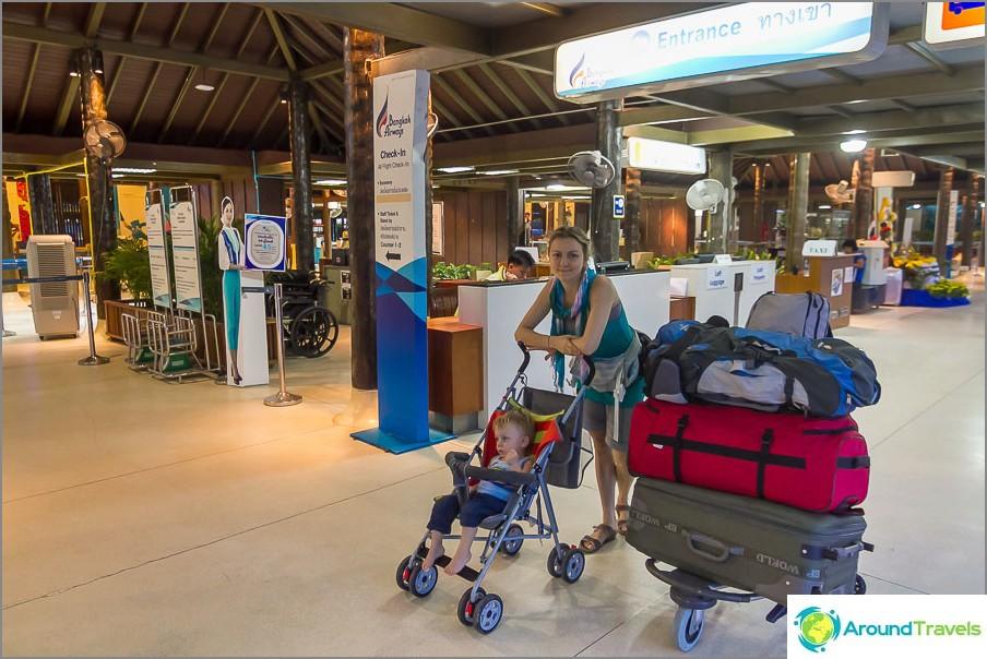 Me, kuten monet lapsiperheet, lensimme Bangkok Airwaysiin niin, että loputon