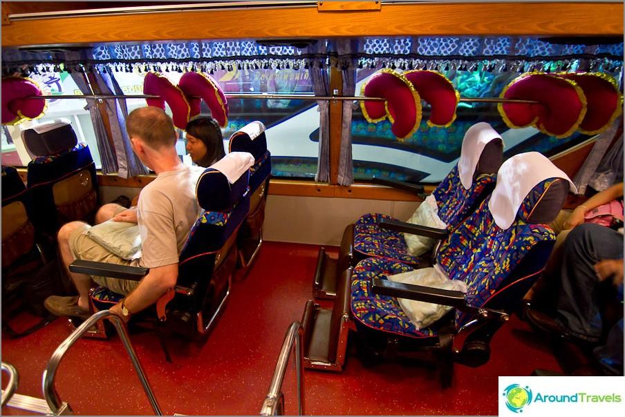 VIP-32-luokan bussin ohjaamon sisällä, 4 paikkaa peräkkäin
