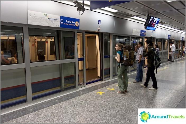 Bangkokin metro MRT. Asemien ovet kopioidaan
