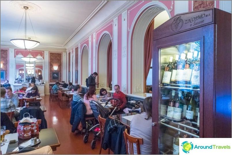 Cafe Louvre - paikka kulttuuriaamiaiselle Prahassa