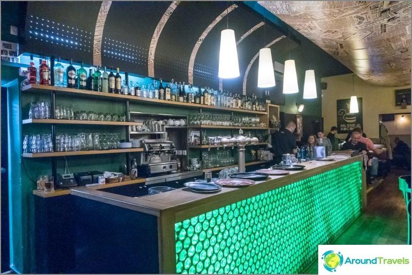 Mlsnej Kocour -baari Prahassa on keskimääräinen matkailijoille ja paikallisille