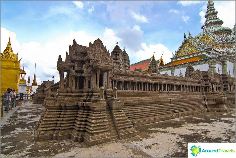 Kompleksin sisällä on Angkor wat pienoiskoossa