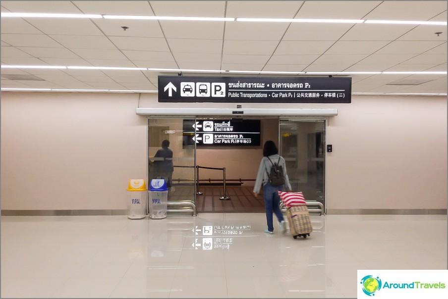 Указатели за таксита и автобуси до Дон Муанг