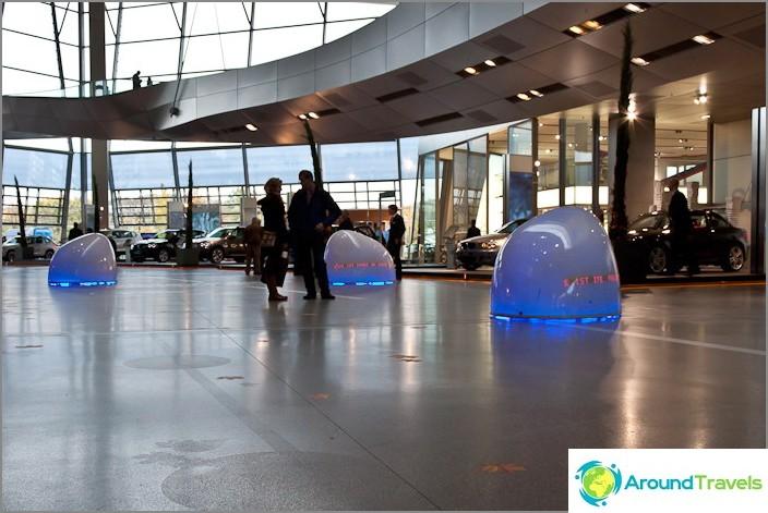 Сините неща пълзят по пода и разпознават минувачите