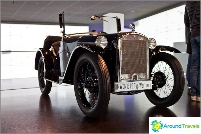 BMW-museo - autoja sisäänkäynnillä