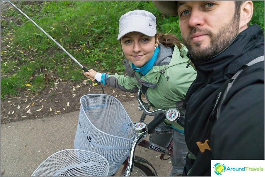 Ajamme puutarhassa polkupyörillä