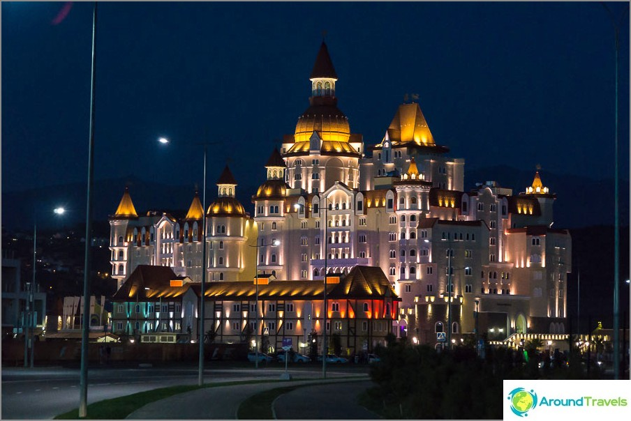 Sochi Parkin valtava rakennus on hotelli