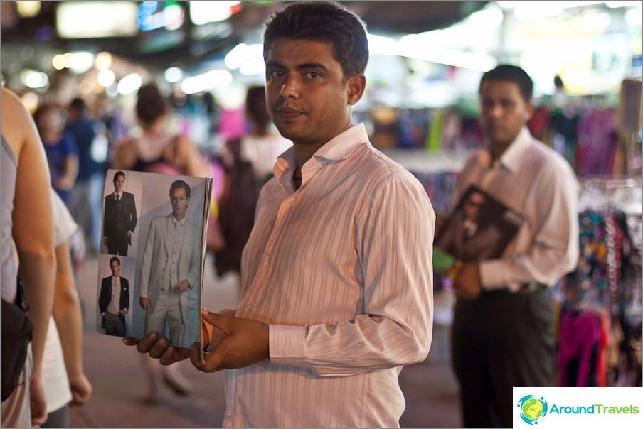 Intialaiset kauppaavat pukuja Khaosan Roadilla