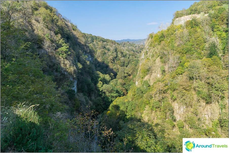Khosta-joen laakso kapenee ja muuttuu kanjoniksi
