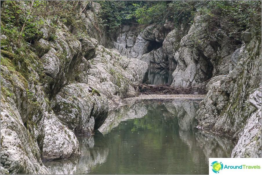 Vesi on kulkenut kiven läpi
