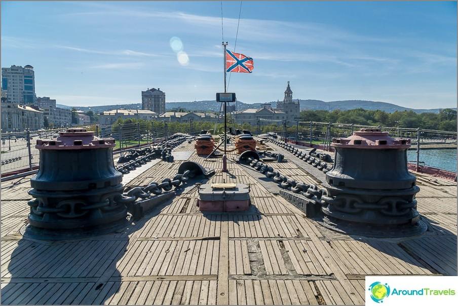 Andreevsky-gyus lepattaa laivan keulassa