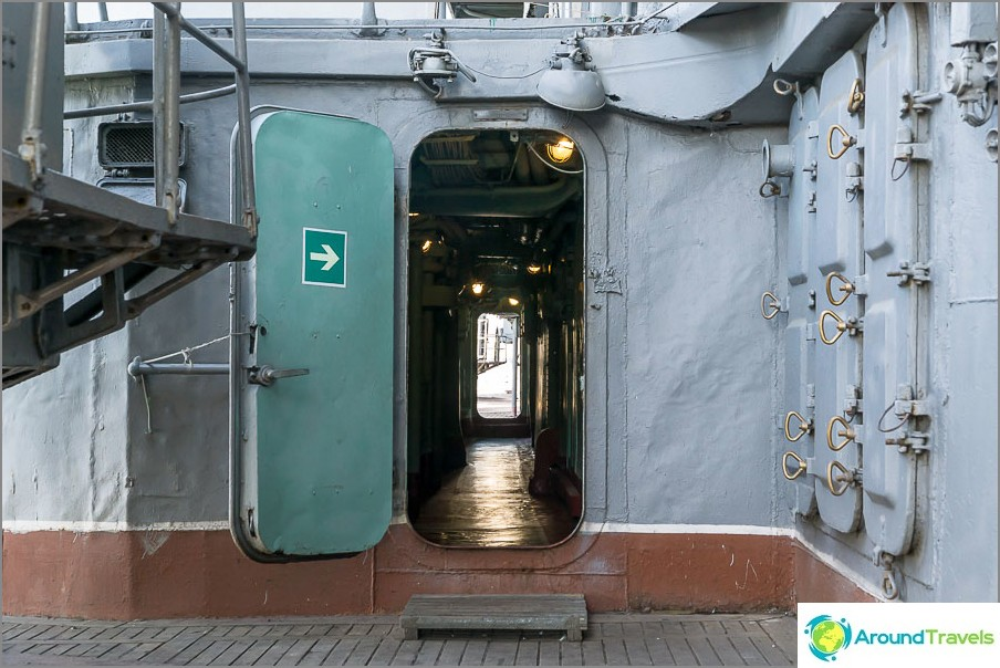 Yksittäisten vierailijoiden kannalta reitti on piirretty vihreillä nuoleilla.