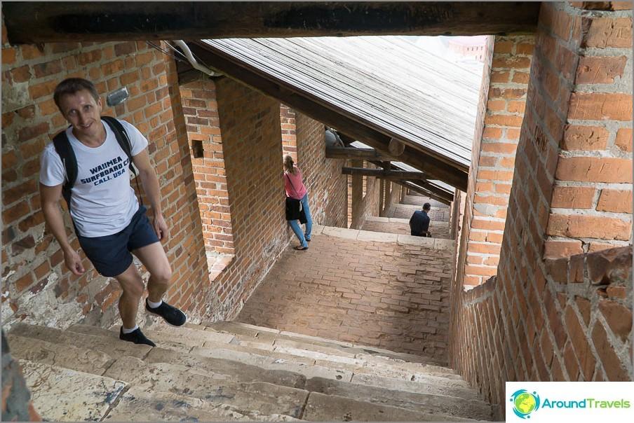 Portaikko korkeilla askeleilla - seinä laskee