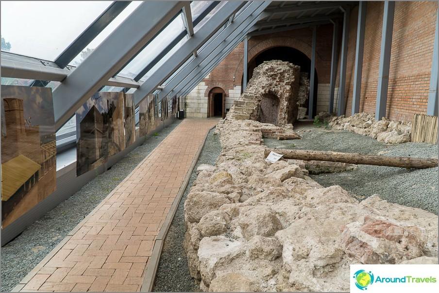 Vanha pilattu seinä jätettiin katon alla kaikkien nähtäväksi.