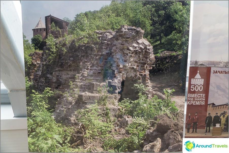 Kuva muurin jäännöksistä ennen restaurointia