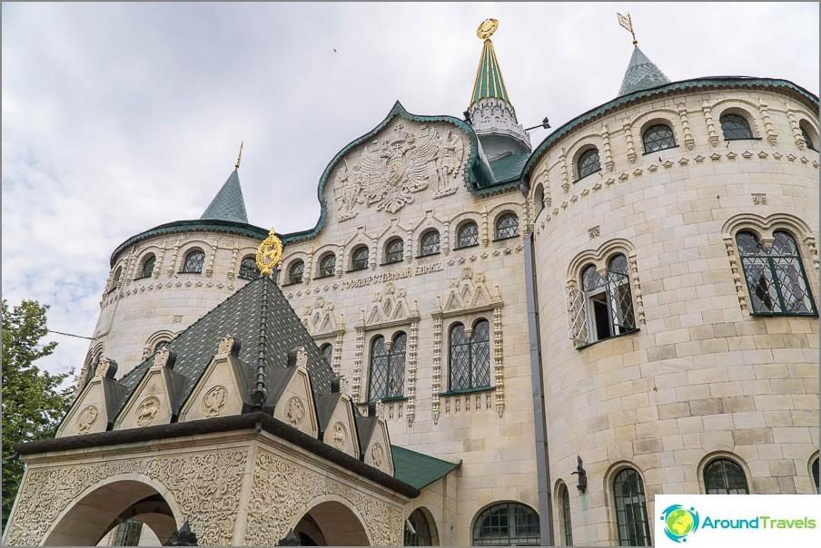 Банка отгранали под формата на замък