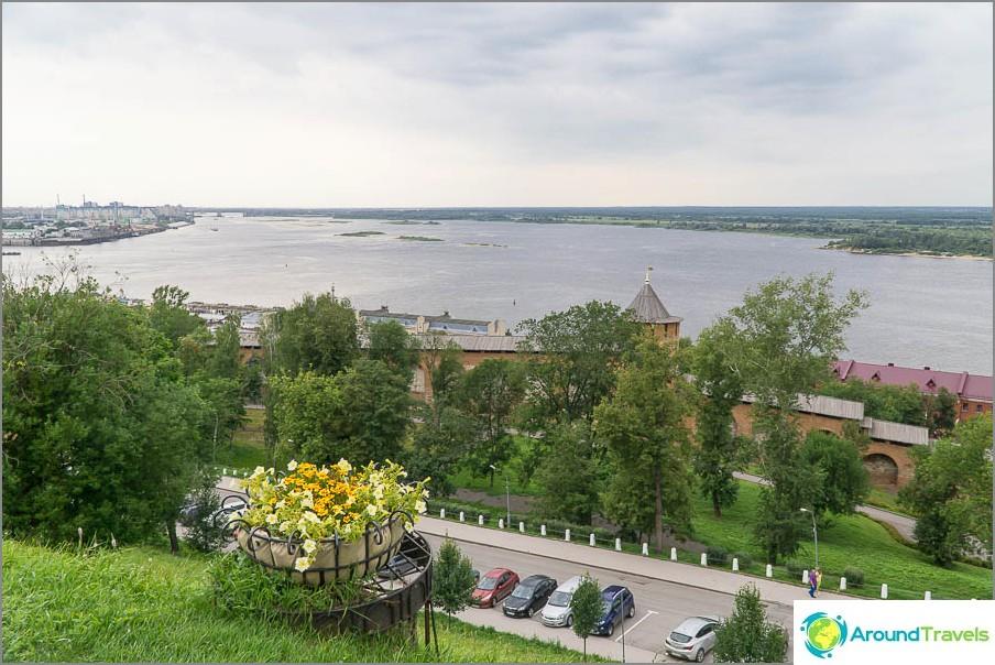 Изглед от наблюдателната площадка вътре в Нижни Новгородски Кремъл
