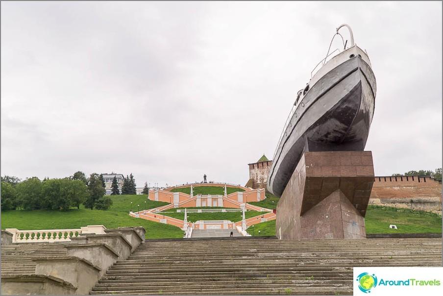 Chkalovskaya стълба и лодка герой