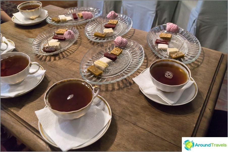 Jokaisella on oikeus kupilliseen teetä ja 6 kappaletta vaahtokarkkia