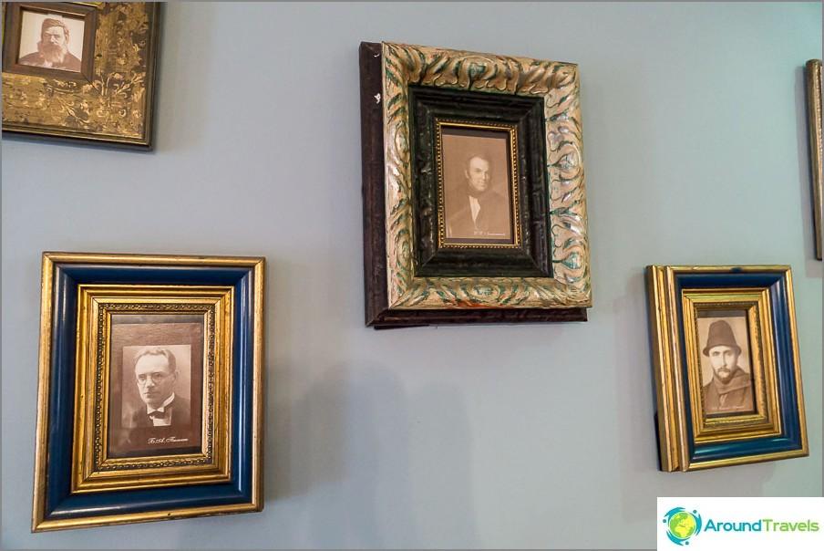 Seinällä roikkuu muotokuva I. I. Lazhechnikovista