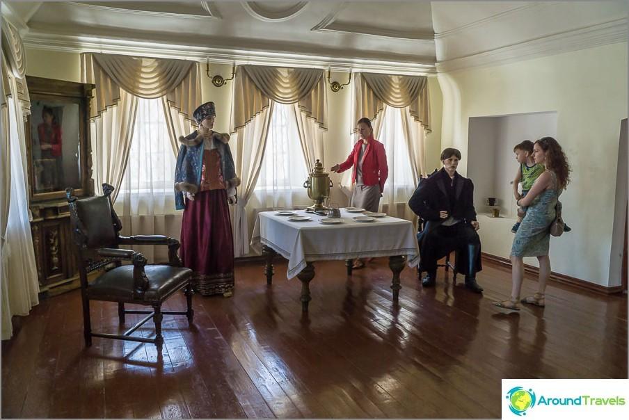 Esposizione del bere del tè commerciale e un esempio di come si vestivano i mercanti
