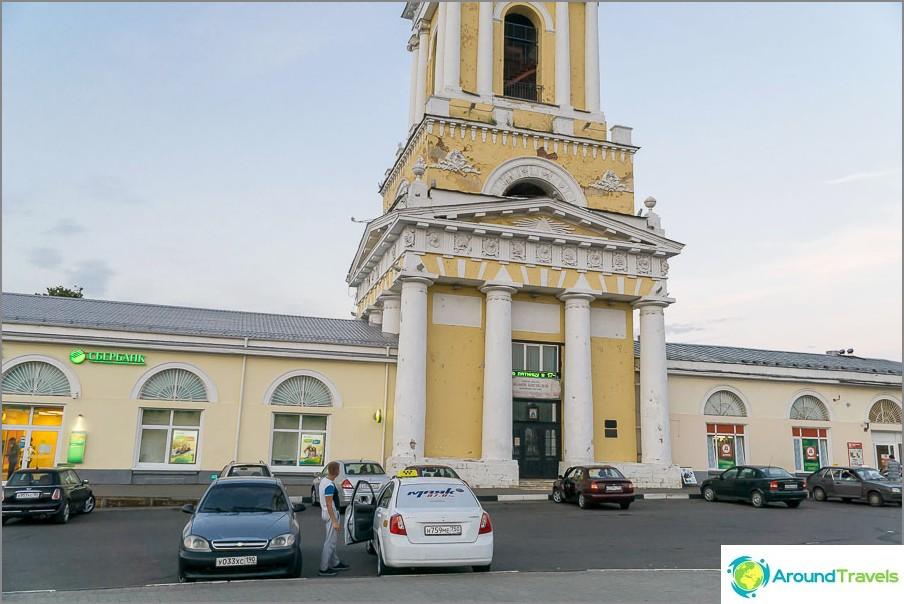 Kompleksi, joka koostuu kirkosta, Sberbankista ja Dixiestä, kaikesta mitä ihminen tarvitsee elämäänsä