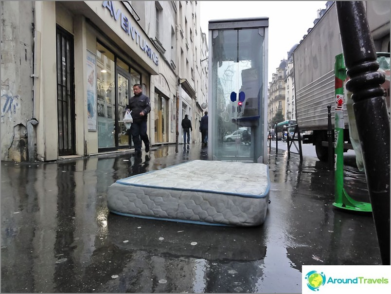 Матраците по улиците на Париж са нещо обичайно.
