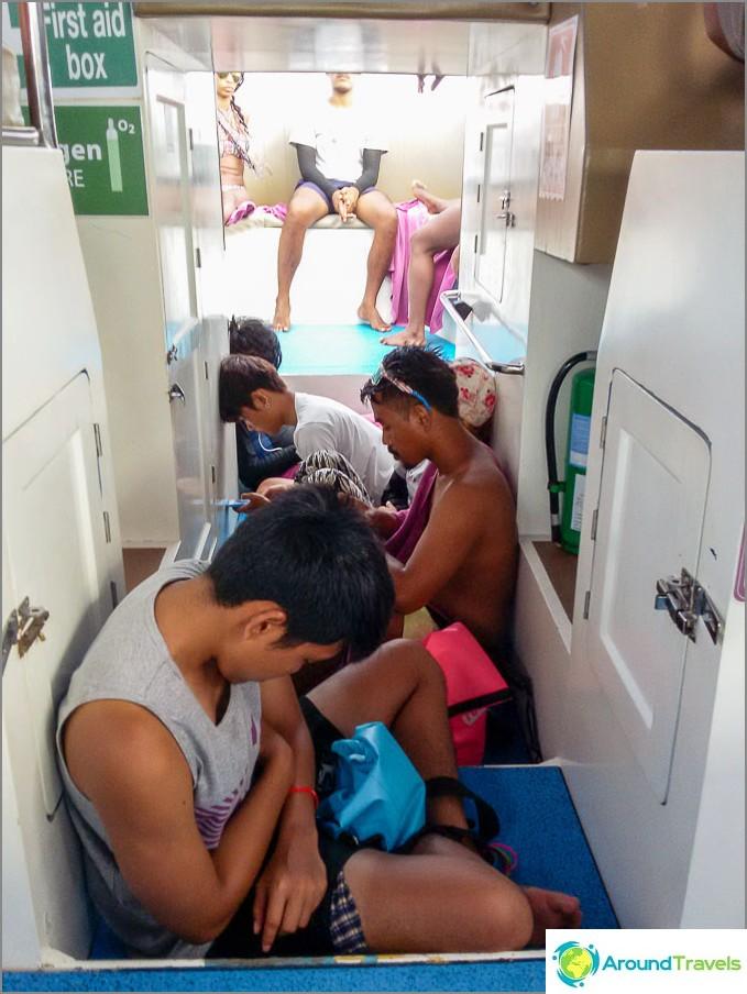 Paluumatkalla suurin osa joukkueesta nukkui käytävällä