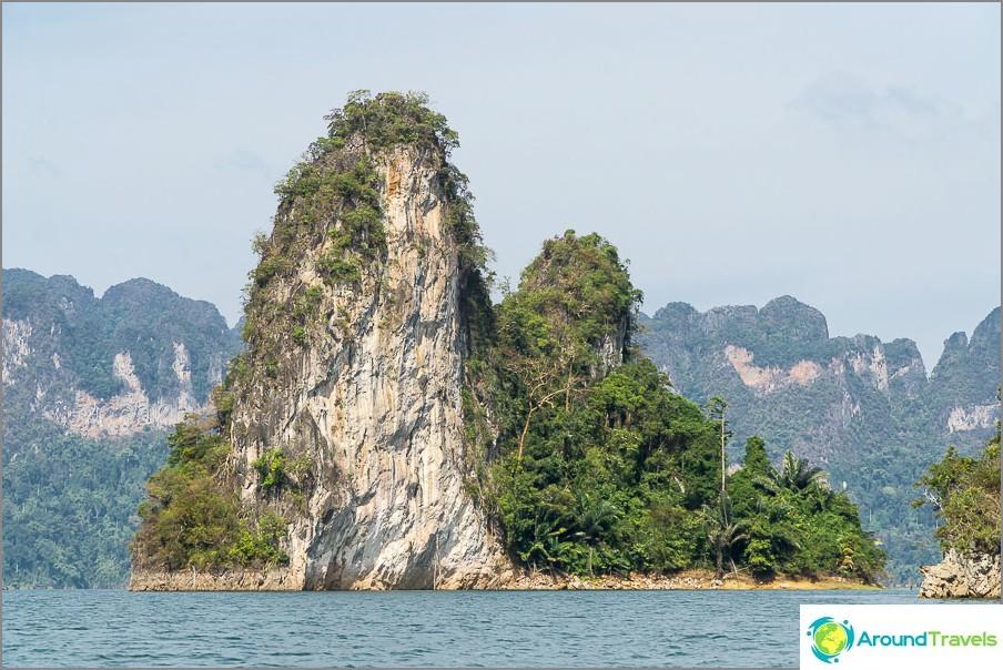 Vain vuorenhuiput tarttuvat veteen, koska pato on 100 metriä korkea