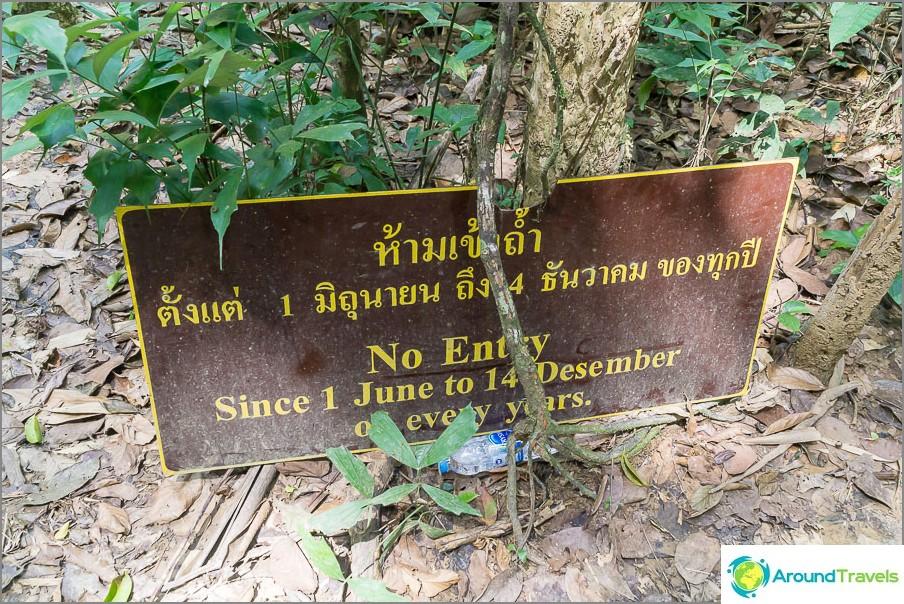 Varoitus viidakon sisäänkäynnissä, luolat ovat täynnä vettä, se on vaarallista