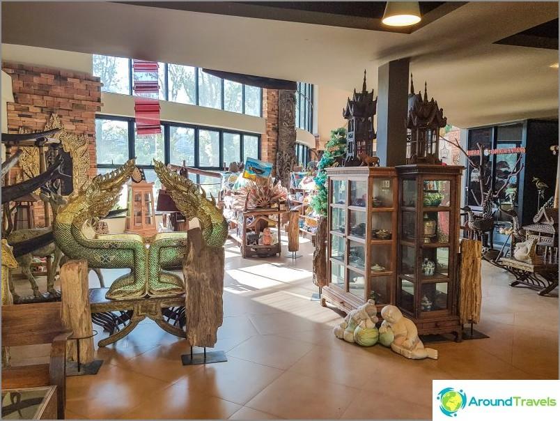 Itse uloskäynnillä sijaitseva matkamuistomyymälä näyttää museolta