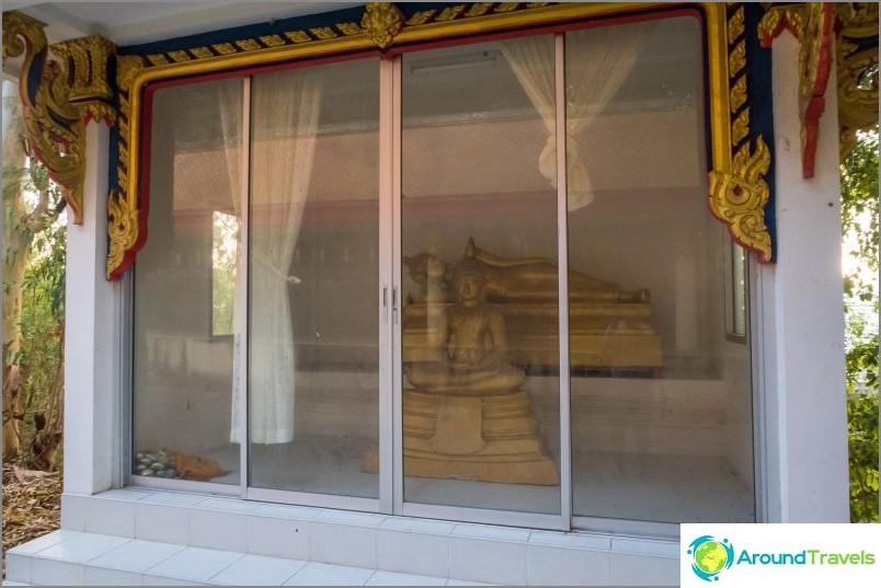 Buddhapatsaat suljetuissa paviljongissa