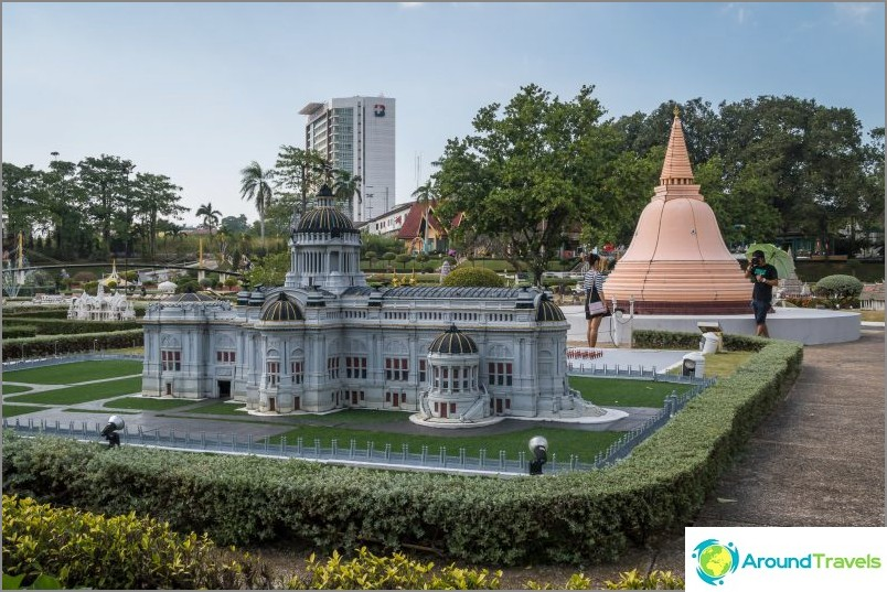 Модели на фона на сградата на международната болница в Бангкок