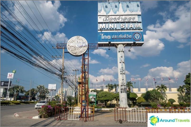 Табела Mini Siam край Sukhumvit Road